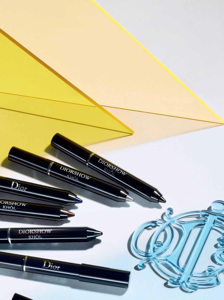 Con Diorshow Khôl, un trazo vibrante subraya el párpa - do, enmarca las pestañas inferiores. El gesto es preciso, el color intenso. Los matices orgánicos –gris, marrón, negro, azul- magnetizan la mirada. En plata metalizada, el tono estrella de la primavera, la mirada capta los primeros rayos de sol.