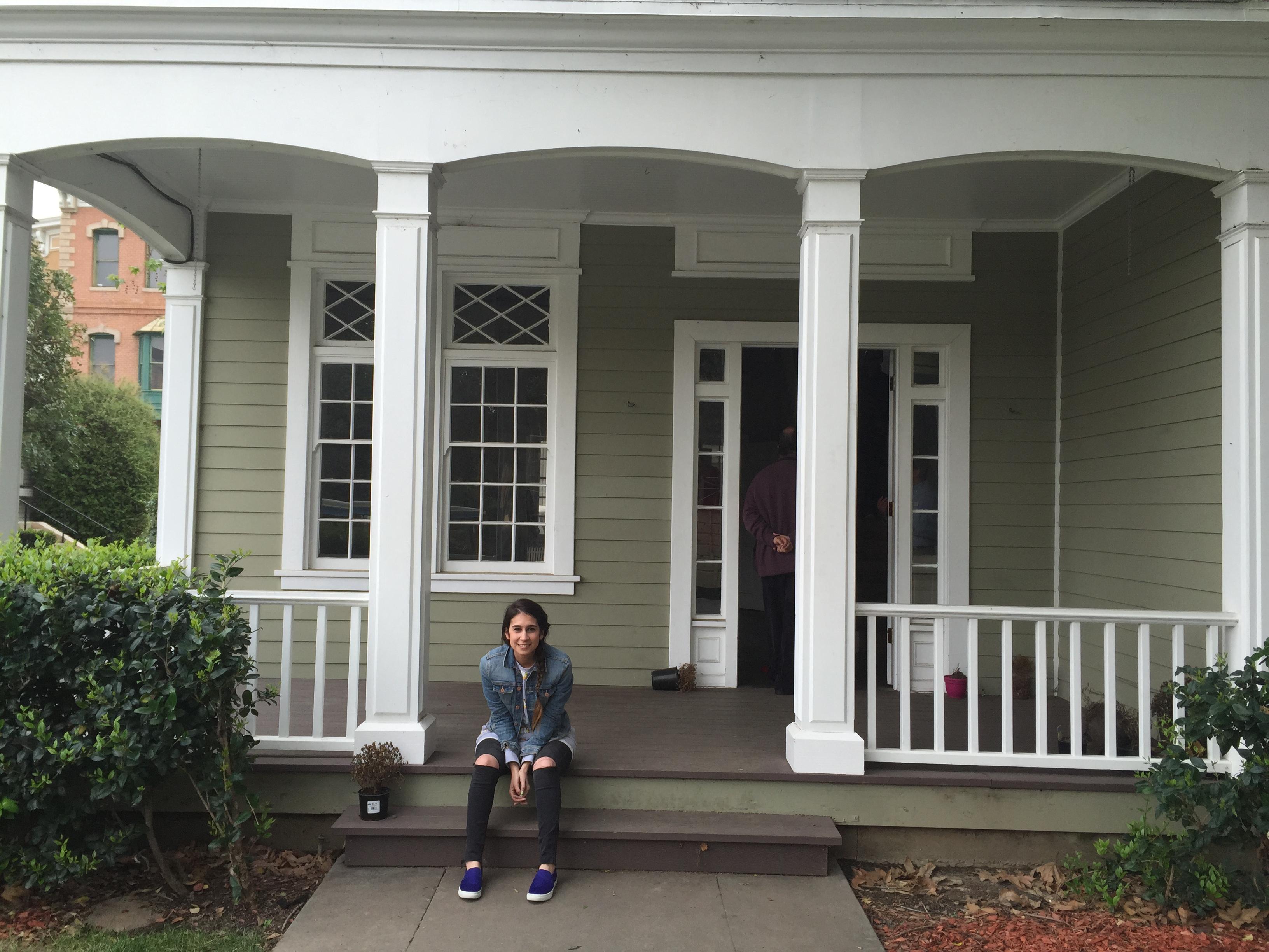 La casa de Emily. La amé... hay muhas escenas en las que Emily se sienta en la puerta.
