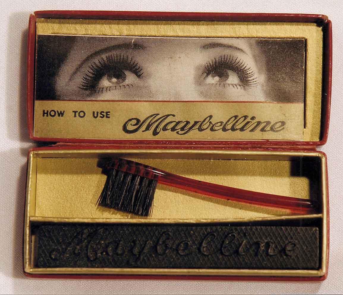 Así era la primera máscara parea pestañas de Maybelline: Lash-Brow-Ine, esa sería la primera máscara de Maybelline (que es la conjunción de Mabel + vaselline, en inglés), un producto comercializado por correo.