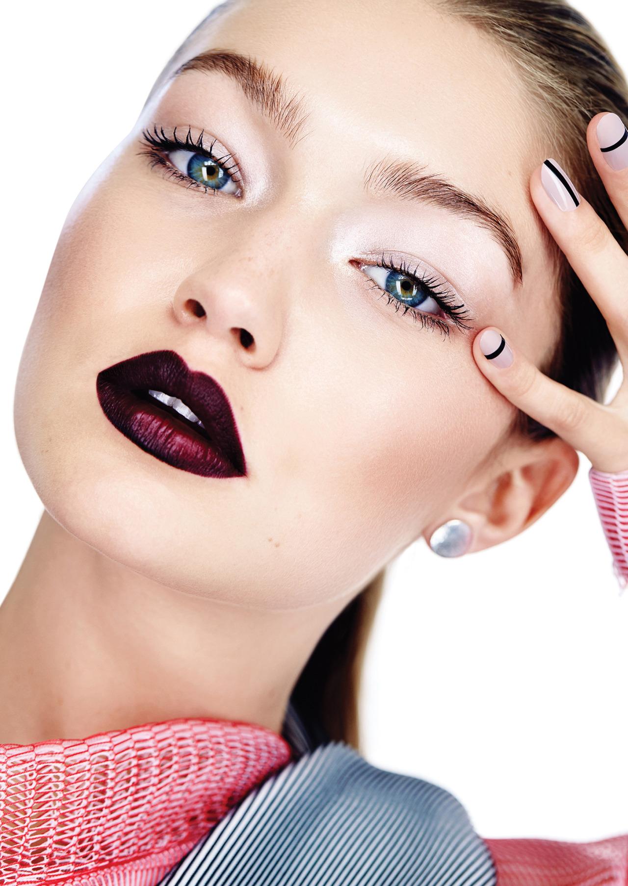 Para un makeup minimalista elegí resaltar los labios. ¿Lo más trendy? Un bordó mate como el que tiene Gigi.
