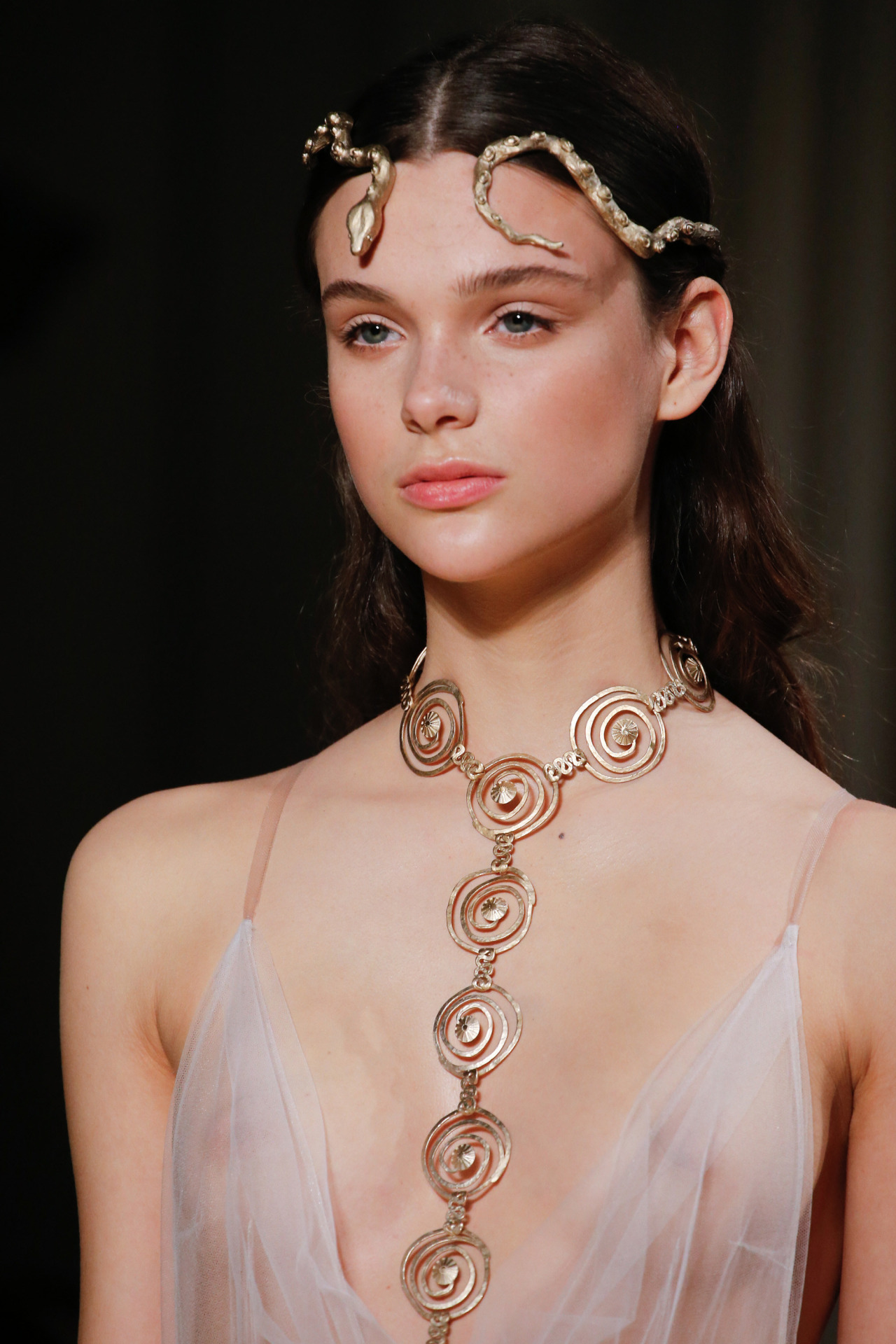 El makeup en la pasarela de Valentino para Primavera Verano 2016 también tuvo el gloss como protagonista.
