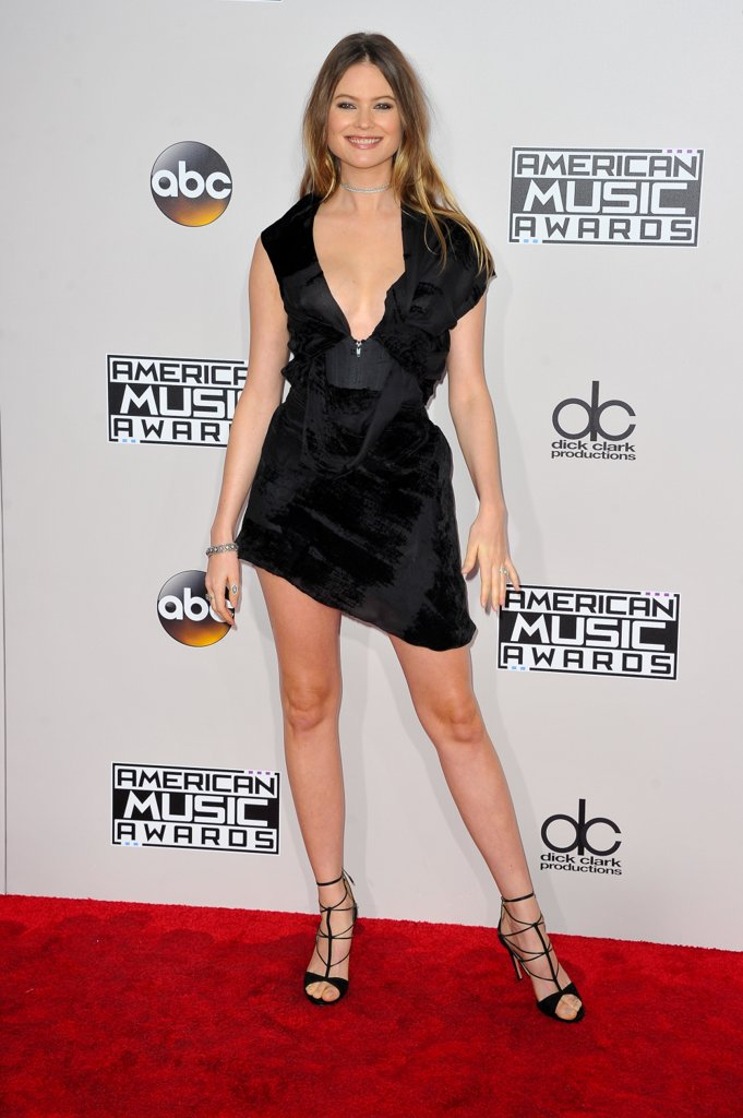 amas-2016-red-carpet-fashion-diaries-behati-prinsloo