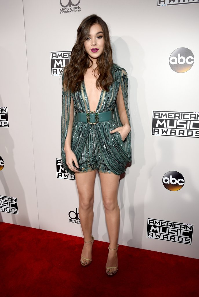 amas-2016-red-carpet-fashion-diaries-hailee-steinfeld